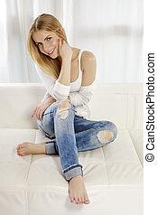 bonito, azul, mulher, camisa, sofá, suéter, calças brim, jovem, posar, atraente, sorrizo, loiro, branca, adulto