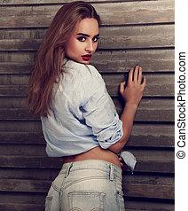 bonito, azul, mulher, camisa, toned, parede, vindima, calças brim, experiência., lábios, moda, posar, excitado, closeup, retrato, vermelho