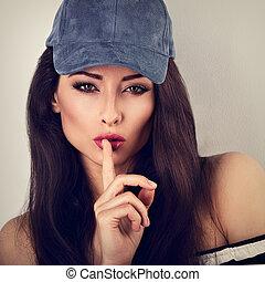 bonito, azul, mulher, closeup, toned, vindima, mostrando, maquilagem, cabelo longo, basebol, retrato, boné, sinal., silêncio
