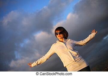 bonito, azul, mulher, sobre, céu, nublado, ao ar livre