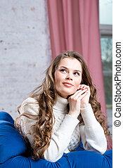 bonito, azul, mulher, sofá, suéter, jovem, tricotado, retrato, branca