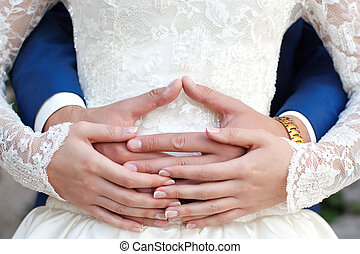 bonito, azul, segurando, sobre, noivo, céu, par, olhar, noiva, futuro luminoso, fundo, mãos, casório