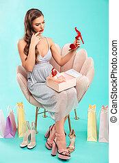 bonito, azul, shopping mulher, fundo, poltrona, sentando, sobre, isolado, enquanto, comprimento, cheio, caixa, sapato, segurando, retrato, vestido, vermelho
