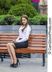 bonito, banco, negócio mulher, sentando