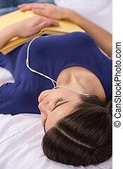 bonito, bed., jovem, livro, escutar música, dormir, leitura menina