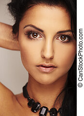 bonito, brunett, modelo, em, estúdio, ligado, luz, fundo