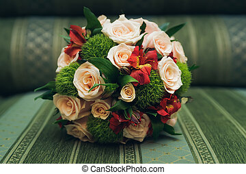 bonito, buquê casamento, de, rosas, mentindo, ligado, um, sofá