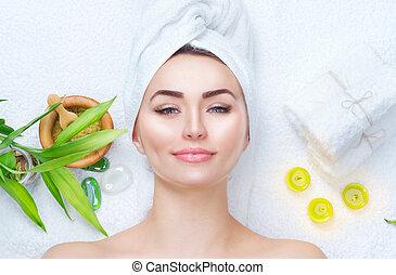 bonito, cabeça, mulher, aplicando, dela, spa, máscara, mask., closeup, facial, argila, retrato, toalha, menina