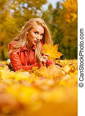 bonito, cabelo loiro, mulher, mentiras, baixo, ligado, folhas, em, a, parque, ligado, bonito, outono