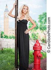 bonito, cabelo loiro, woman., atraente, mulher jovem, em, vestido preto, posar