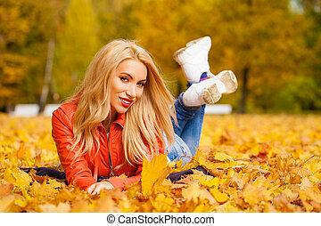 bonito, cabelo, mulher, folhas, parque, baixo, mentiras, outono, loura