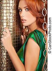bonito, cabelo vermelho, woman., atraente, jovem, cabelo vermelho, mulher olha, câmera