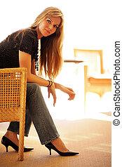 bonito, cadeira, mulher, jovem, sentando