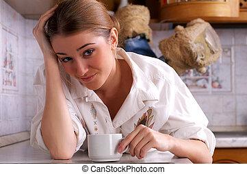 bonito, café, mulher, jovem, cozinha, bebidas