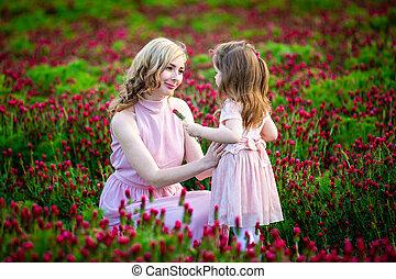 bonito, campo, tempo, menina, família, sorrindo, flores, criança, trevo, olhar, mãe, jovem, pôr do sol