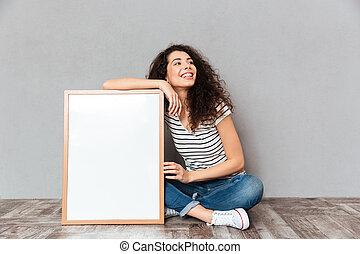 bonito, caucasiano, grande, mulher, espaço, parede, grande, sobre, cinzento, pernas, isolado, cabelo, posar, demonstrar, cruzado, retrato, cópia, quadro, ou