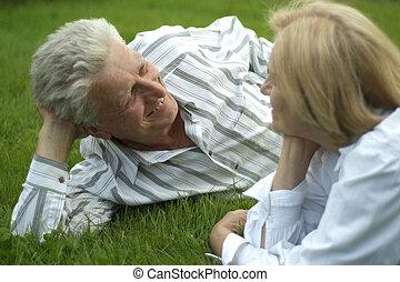 bonito, caucasiano, par ancião, mentindo