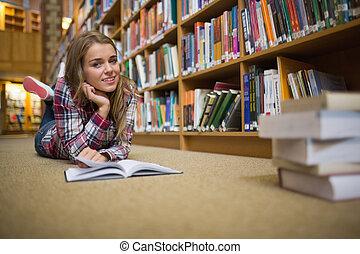 bonito, chão, biblioteca, alegre, livro, leitura estudante, mentindo