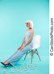 bonito, cheio, óculos de sol, sentando, comprimento, mulher, cadeira