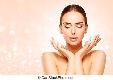 bonito, cima, mulher, beleza natural, fazer, pele, olhos, rosto, produto, anunciando, fechado, mãos, cuidado, modelo