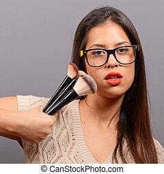 bonito, cinzento, mulher, cosmético, contra, rosto, moda, posar, fundo, maquiagem, brush., modelo