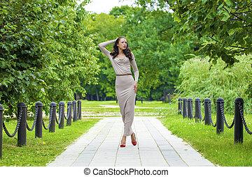 bonito, cinzento, mulher, jovem, longo, cheio, crescimento, excitado, vestido
