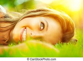 bonito, close-up, sobre, adolescente, luz solar, menina, capim, mentindo