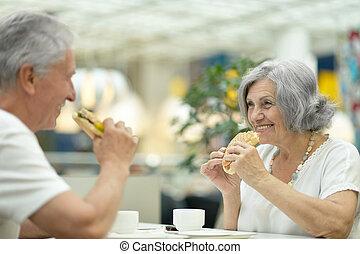 bonito, comendo alimento, par, idoso, rapidamente