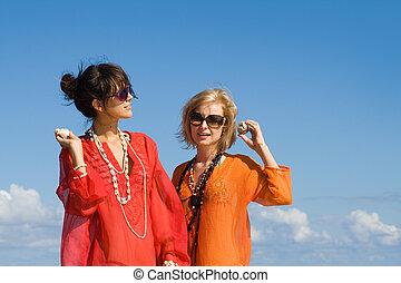 bonito, conchas, dois, ouvindo, praia, mulheres