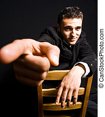 bonito, confiante, homem jovem, com, apontar dedo