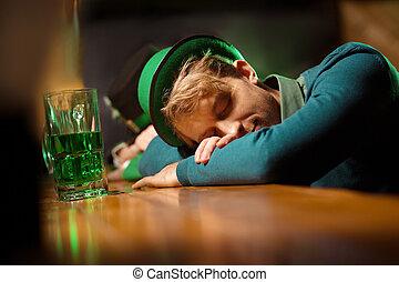 bonito, contador barra, jovem, dormir, verde, homem, chapéu, claro-haired