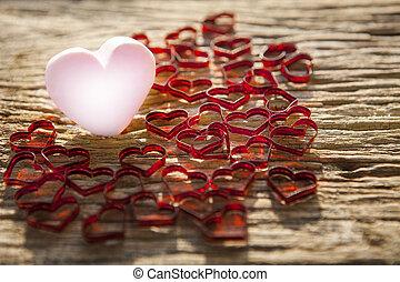 bonito, cor-de-rosa, coração, ícone, com, encantador, coração vermelho, ligado, antigas, madeira, textured, fundo, por, raso, profundidade campo, fotografia, técnica, uso, para, valentine, dia, e, amor, topic, fundo