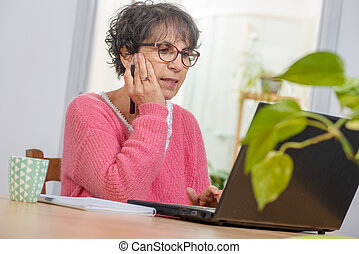 bonito, cor-de-rosa, mulher, vestido, laptop, morena, maduras, lar