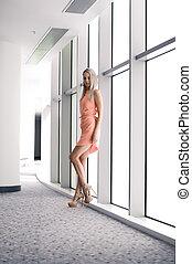 bonito, cor-de-rosa, predios, escritório, na moda, janelas, adelgaçar, alto, panorâmico, verão, calcanhares, menina, poses, vestido, loiro