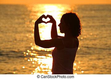 bonito, coração, mulher, dela, jovem, mar, mãos, faz, pôr do sol