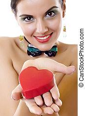 bonito, coração, mulher, jovem, segurando, vermelho