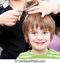 bonito, criança jovem, em, a, cabeleireiras