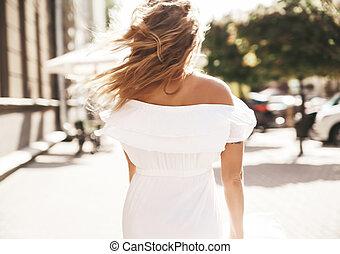 bonito, cute, loura, adolescente, modelo, com, não, maquilagem, em, verão, hipster, vestido branco, executando, rua