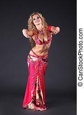 bonito, dancer barriga, mulher, posar, ligado, experiência preta