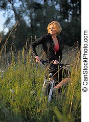 bonito, descansar, mulher, parque bicicleta, jovem, pôr do sol