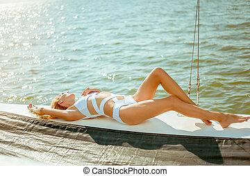 bonito, descansar, velejando, adelgaçar, iate, jovem, privado, biquíni, cruzeiro, pareo, excitado, menina
