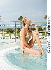 bonito, desgastar, assento mulher, quentes, resort., jovem, tubat, biquíni, ao ar livre, lado