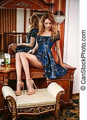 bonito, desgastar, boudoir, azul, escuro, tabela, sentando, vestido, menina