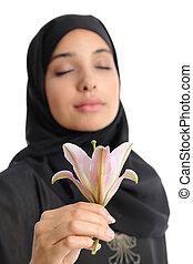 bonito, desgastar, mulher, árabe, flor, cheirando, hijab