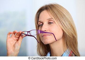 bonito, desgastar, mulher, óculos, closeup, loura