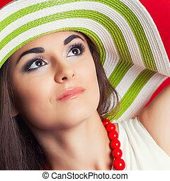 bonito, desgastar, mulher, jovem, contra, fundo, listrado, chapéu, vermelho