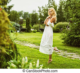 bonito, desgastar, mulher, jovem, longo, vestido branco