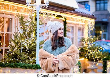 bonito, desgastar, noite, pele, casaco inverno, ficar, luzes, rua, tempo, menina, chapéu, decorado, natal