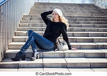 bonito, desgastar, sapatos, calças brim, hoody, chapéu preto, menina, branca