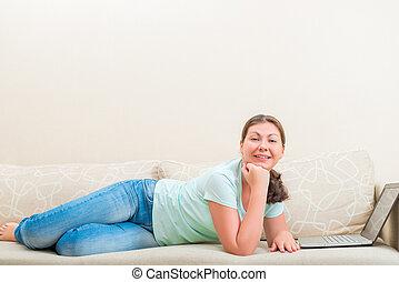 bonito, despreocupado, menina, mentindo, sofá, em, a, sala de estar